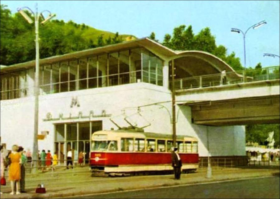 """и трамвай """"Tatra T2""""."""