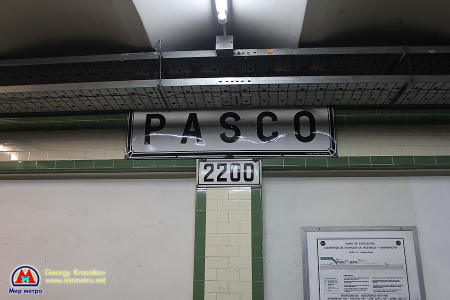 Стилизованный указатель на станции Pasco. Под указателем - число в метрах от начала линии