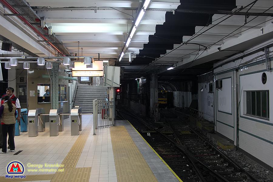 Станция Plaza de Mayo (Майская площадь). Путевое развитие с путями на соседние линии начинается прямо в черте станции